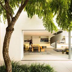 Image 21 of 70 from gallery of Gama Issa / Studio - Marcio Kogan + Lair Reis. Photograph by Fernando Guerra Amazing Architecture, Interior Architecture, Interior And Exterior, Contemporary Architecture, Studio Mk27, Luxury Modern Homes, Futuristisches Design, Huge Windows, Level Homes