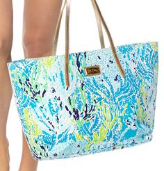 Shop for the Resort Tote - Let's Cha Cha with complimentary shipping and effortless returns from Lilly Pulitzer. In your favorite print, Cha Cha? The Resort tote can be used as an overnight handbag or even a small Prep Style, My Style, Magic Bag, Fashion Moda, Cute Bags, Tote Handbags, Spring, Lilly Pulitzer, Preppy