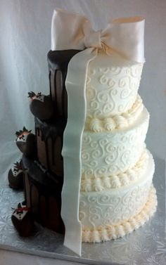 Half & half, wedding cake idea. Looks absolutely delicious, and you can have two choices to pick from as well.
