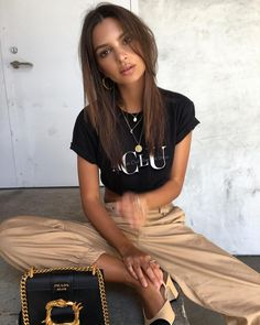 Emily Ratajkowski enjoyed her last day in New York wearing a sexy skin-revealing top, teamed eith a pair of beige trousers to match. Emily Ratajkowski Style, Look Fashion, 90s Fashion, Fashion Outfits, Catwalk Fashion, Latest Fashion, Fashion Beauty, Fashion Trends, Streetwear Mode