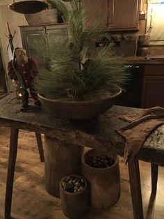 Primitive Christmas Decorating, Primitive Country Christmas, Primitive Santa, Cabin Christmas, Country Christmas Decorations, Primitive Homes, Primitive Decor, Rustic Christmas, Simple Christmas