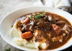 mosxaraki_me_koniak_syntages_eleni_kapnia Slow Cook Beef Stew, Slow Cooked Beef, Irish Stew Slow Cooker, Slow Cooker Recipes, Beef Recipes, Cooking Recipes, Cooking Beef, Cooking Food, Cooking Ideas