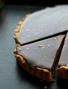 Chocolate Caramel Tart with Sea Salt ******* Tarte Chocolat Caramel au Sel de Mer Just Desserts, Delicious Desserts, Dessert Recipes, Yummy Food, Health Desserts, Pie Recipes, Chocolate Caramel Tart, Chocolate Caramels, Caramel Pie
