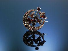 Antique garnet brooch, moon and flower! Brosche Granat Tombak Halbmond mit Blumen Böhmen um 1890, historischer Granatschmuck bei Die Halsbandaffaire