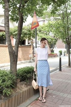 Korean fashion has been trending for many years, and it's for good reasons. With Korean's approach to outfits, accessories, and shoes, it is no doubt how many people search for Korean fashion trends for great looks. Long Skirt Outfits, Modest Outfits, Classy Outfits, Modest Fashion, Skirt Fashion, Casual Outfits, Fashion Outfits, Fashion Ideas, Women's Fashion