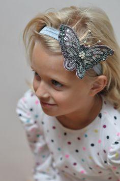 čelenka na gumičce s Motýlkem Čelenka na gumce, pro malé -velké slečny i paní.  Obvod hlavičky upravím na přání, tato je pro prvňáčky a starší.