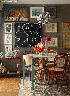 """""""O arquiteto Rodrigo Angulo projetou uma sala de jantar com parede atrevida em seu apê em São Paulo: além de molduras de diversos tamanhos, ela ainda tem um letreiro néon vintage. Desse jeito, dificilmente vai faltar assunto na hora do jantar."""" Na Revista Glamour"""