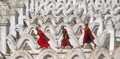 Buddhistische Mönchsnovizen eilen durch die steinernen Wellen der Hsinbyume-Pagode nahe der alten Königsstadt Mandalay in Myanmar. Der Bau symbolisiert den mythischen Berg Meru, der von den Wogen der Sieben Meere umgeben ist – Diese Karte hier online kaufen: http://bkurl.de/pkshop-211305 Art.-Nr.: 211305 Weltmythos | Foto: © age-fotostock/look-foto | Text: Rolf Bökemeier