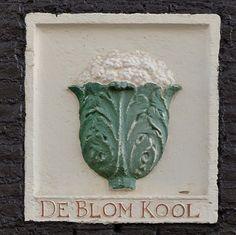 """Palmgracht 63, Amsterdam In 1679, zo blijkt uit een kwijtschelding, staat """"de Blomkool"""" in de gevel van Palmgracht 63. Opvallend aan deze kwijtschelding is dat de naam van de eigenaar van de belendende panden Willem Harmensz Cool is en dat in het huis aan de oostzijde (het huidige nr. 61) """"de Kool"""" in de gevel staat. Het valt aan te nemen dat toen in de gevel van het huis aan de westzijde (het huidige nr. 65) ook een gevelsteen met een kool in de gevel stond. Dit leiden we af uit de verme..."""