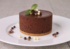 Enjoy a delicious dessert perfect for any occasion. Beaux Desserts, Köstliche Desserts, Dessert Sans Gluten, Gluten Free Desserts, Food Cakes, Chocolates, Homemade Pastries, Chocolate Mousse Cake, Tarta Chocolate