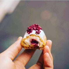 """2,630 curtidas, 43 comentários - L'Eclair de Génie (@leclairdegenieofficiel) no Instagram: """"Quoi de neuf ? Le nouveau coco framboise bien sûr 🤗#delabombe #tuerie #folie #yummy #miam #eclair…"""""""