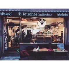 """Wie im Wohnzimmer - Leuchte Kaffeebar """"Heimelig"""" - dieses Adjektiv würde wohl extra nur für dieses Café erfunden.  Die Leuchte Kaffeebar am Chlodwigplatz ist zwar klein, aber dafür unglaublich gemütlich. Hier kann man sich auf 2 Etagen auf 50er-Jahre-Möbeln räkeln, Kaffee oder Ingwerlimonade schlürfen und dazu ein Stück Quiche oder Kuchen genießen. Auch vor dem Schaufenster gibt es ein paar Sitzplätze, die nicht nur bei Sonnenschein ☀️ sehr gefragt sind. Dank Orten der Gemütlichkeit wie…"""