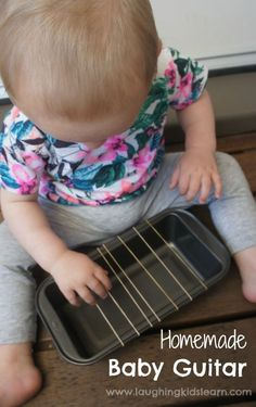 Homemade baby guitar musical instrument using rubber bands. So easy to make and fun for kids to play with. – Laughing Kids Learn Informations About Homemade baby guitar musical instrument … Toddler Play, Toddler Learning, Toddler Preschool, Toddler Crafts, Baby Sensory Play, Baby Play, Infant Activities, Activities For Kids, 8 Month Old Baby Activities
