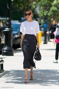 El estampado polka dots o de lunares es ya un clásico. Y si por ahí tienes una falda con este print con el básico fondo negro y lunares blancos
