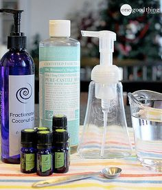 homemade foaming hand soap recipe - castile soap, 1 tsp fractionated coconut oil, 10 drops of YL essential oil and the rest water - it's moisturizing and antibacterial Diy Beauté, Diy Spa, Doterra Essential Oils, Young Living Essential Oils, Yl Oils, Foaming Hand Wash, Foaming Soap, Antibacterial Soap, Glycerin Soap