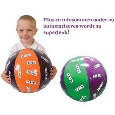 Geef het antwoord op de som en gooi de bal snel naar de volgende. Leuke activiteit in de klas of thuis.