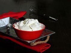 La crema 1 minuto allo yogurt è cremosissima e veloce e si prepara con solo 2 ingredienti. Un dessert al cucchiaio fresco e una base per farcire dolci.