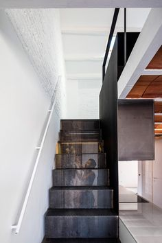 Developed by the Spanish architecture studio RÄS, La Dominique is the reconversion and renovation project for an ancient apartment located in Barcelona. Staircase Handrail, Modern Staircase, Stair Railing, Staircase Design, Staircases, Railings, Carlo Scarpa, Diy Design, Interior Design