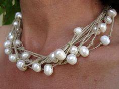 Collar realizado con lino natural y perlas naturales. Original trabajo lluvia de perlas. Medidas: 44 a 48 cms/ aprox Estilo Mediterràneo. Combina