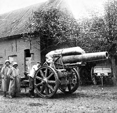 WWI, Sept German soldiers with a gun in De Ruiter, south west of Roulers. Ww1 History, Military History, World War One, First World, Ww1 Soldiers, Military Weapons, Military Figures, Total War, Mystery Of History