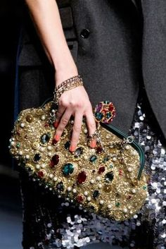 Gold ornate clutch with jewels - Dolce & Gabbana Timeless Style – Fashion Style Magazine - Page 22 Dolce & Gabbana, Handbag Accessories, Fashion Accessories, Fashion Bags, Fashion Show, Style Fashion, Fashion Handbags, Fashion Design, Beaded Bags
