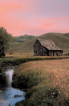 Amazing old barn photography - vintagetopia - Karin - Amazing old barn photography - vintagetopia Traveling through fabulous and unusual countries. A vivid journey through countries with extraordinary architecture. Farm Barn, Old Farm, Abandoned Houses, Old Houses, Farm Houses, Moderne Pools, Barn Photography, Landscape Photography, Amazing Photography