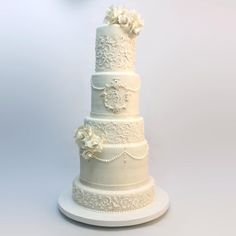 Elegancia y belleza son conjugadas en este pastel de bodas. Un clásico, decorado con glaseado real, todos los detalles son comestibles, las flores son hechas a mano en azúcar. #wedding #weddingplanner #boda #novios #orquidea #violeta #weddingphoto #pastel #instacake #cake #instamood #reposteriacreativa #fotografia #picofthedayl #instagram #love #floral #photooftheday #party #life #diseño #design #reposteriacreativa #talentovenezolano #valencia #venezuela