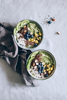 Detox Green Smoothie Bowl loaded with fresh nutrients #vegan #detox | TheAwesomeGreen.com