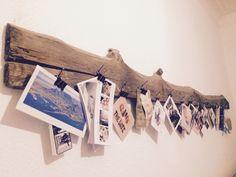 Schöne Idee, um Einladungen, Urlaubspostkarten und Danksagungen in Szene zu setzen. Ein schönes altes Brett, ein paar Nägel und Architektenklammern. Fertig I Spy Diy, Driftwood Art, Home And Deco, Creative Home, Home Decor Inspiration, Cool Things To Make, Decoration, Home Art, Home Furniture