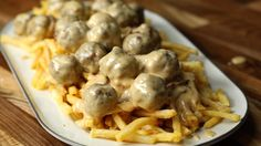 Meatballs in cheddar beer gravy Twisted Recipes, Twisted Food, Creamed Onions, Fries Recipe, Ground Beef Recipes, Main Meals, Dinner Recipes, Dinner Ideas, Yummy Recipes