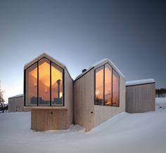 Reiulf Ramstad Arkitekter ont conçu cette jolie maison de vacances privée, à Havsdalen en Norvège. Les baies vitrées donnent une belle vue sur les montagnes enneigées et l'ensemble du mobilier est en bois, de quoi apporter un peu de chaleur à l'atmosphère. Photos par Søren Harder Nielsen.