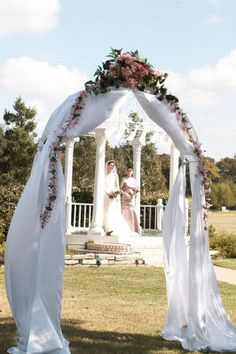 What A Beautiful Setting With Fl And Tulle Arch