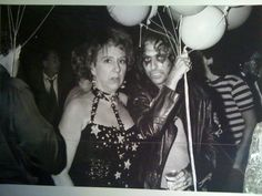 Jean Stapleton (aka Edith Bunker) all geared up with Alice Cooper July Klugman of The Odd Couple in the back Alice Cooper, Jean Stapleton, Maureen Stapleton, Latest Jeans, Odd Couples, All In The Family, Studio 54, Famous Faces, Rock N Roll
