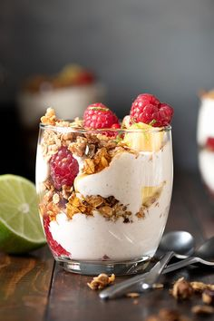 These honey-sweetened homemade yogurt parfaits with fruits and granola are just as delicious whether you have them for breakfast or as a healthy dessert. Fruit And Yogurt Parfait, Yogurt And Granola, Sugar Free Granola, Greek Desserts, Trifle Desserts, Parfait Recipes, Refreshing Desserts, Low Fat Yogurt, Honey Recipes