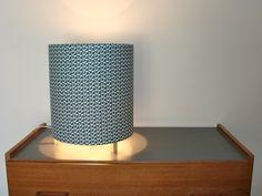Lampe à poser cylindrique tissu vintage recto verso teintes bleues/gris/jaune : Luminaires par latelierdamepatine