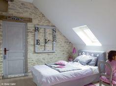 En Loire-Atlantique, pour illuminer le granit de cette chambre de fillette, les murs et boiseries ont été blanchis. Un bel effet déco qui adoucit l'ensemble.