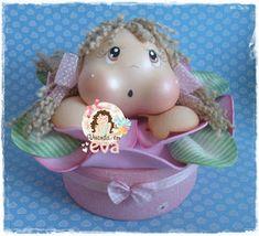 Quando vi essa bonequinha na flor, feita pela querida Caren Araujo, pensei:     TENHO QUE FAZÊ-LA!!     Imediatamente entrei em contato com...