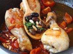 COSCE DI POLLO ALLA LIGURE - 4/4. Cinque minuti prima del termine della cottura aggiungete i pinoli, le olive taggiasche e le erbe aromatiche tritate grossolanamente. Servite le cosce accompagnandole con il condimento.
