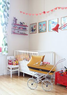 retro nursery that I adore Baby Decor, Kids Decor, Home Decor, Vintage Pram, Prams And Pushchairs, Retro Baby, Dream Baby, Deco Design, Retro Toys