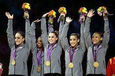 L'équipe américaine championne olympique de gymnastique artistique sur la première marche du podium.
