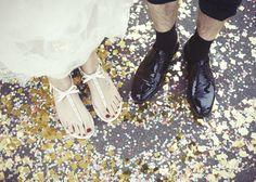 © Andrea Kiesendahl, wedding photography, bride and groom, confetti, sandals