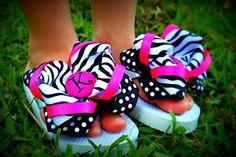 Trouvez le cadeau fait main parfait, des vêtements vintage et tendance, des bijoux uniques et plus encore. Ribbon Flip Flops, Cute Flip Flops, Flip Flop Shoes, Flip Flop Craft, Decorating Flip Flops, Decorated Shoes, How To Have Twins, Custom Ribbon, Ribbon Hair Bows