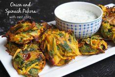 Meatless Monday – Onion and Spinach Pakoras with Mint Raita Baked Pakora Recipe, Pakora Recipes, Light Recipes, Vegetable Recipes, Vegetarian Recipes, Cooking Recipes, Healthy Recipes, Vegetarian Curry, Chutney Recipes