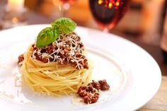 Spaghetti bolognese with parmesan cheese Food Design, Italian Recipes, Tapas, Food To Make, Food Photography, Food And Drink, Yummy Food, Healthy Recipes, Delicious Recipes