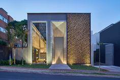 Um trançado de bambu feito artesanalmente compõe as folhas da porta de correr da…