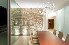 parement mural en pierre blanche dans la salle à manger contemporaine