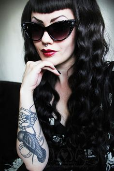 Rockabilly with Retro Shades and Gorgeous Tattoos Rockabilly Moda, Rockabilly Hair, Rockabilly Fashion, Rockabilly Style, Psychobilly Hair, Rockabilly Tattoos, Dark Beauty, Pin Up Hair, My Hair