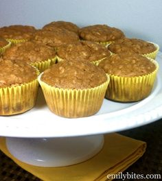 Peanut Butter Banana Oatmeal Muffins - just 143 calories or 4 Weight Watchers points each!