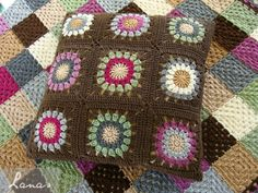 Lanas de Ana: Cushion with Sunburst-like Motif