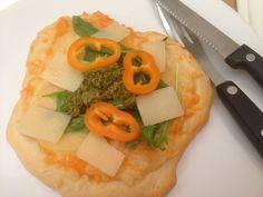 Pizza med kartoffel. En pizzadej som er nem at røre sammen og forme. Toppet med kartoffel, tre slags ost, rucola salat, peberfrugt og grøn pesto.